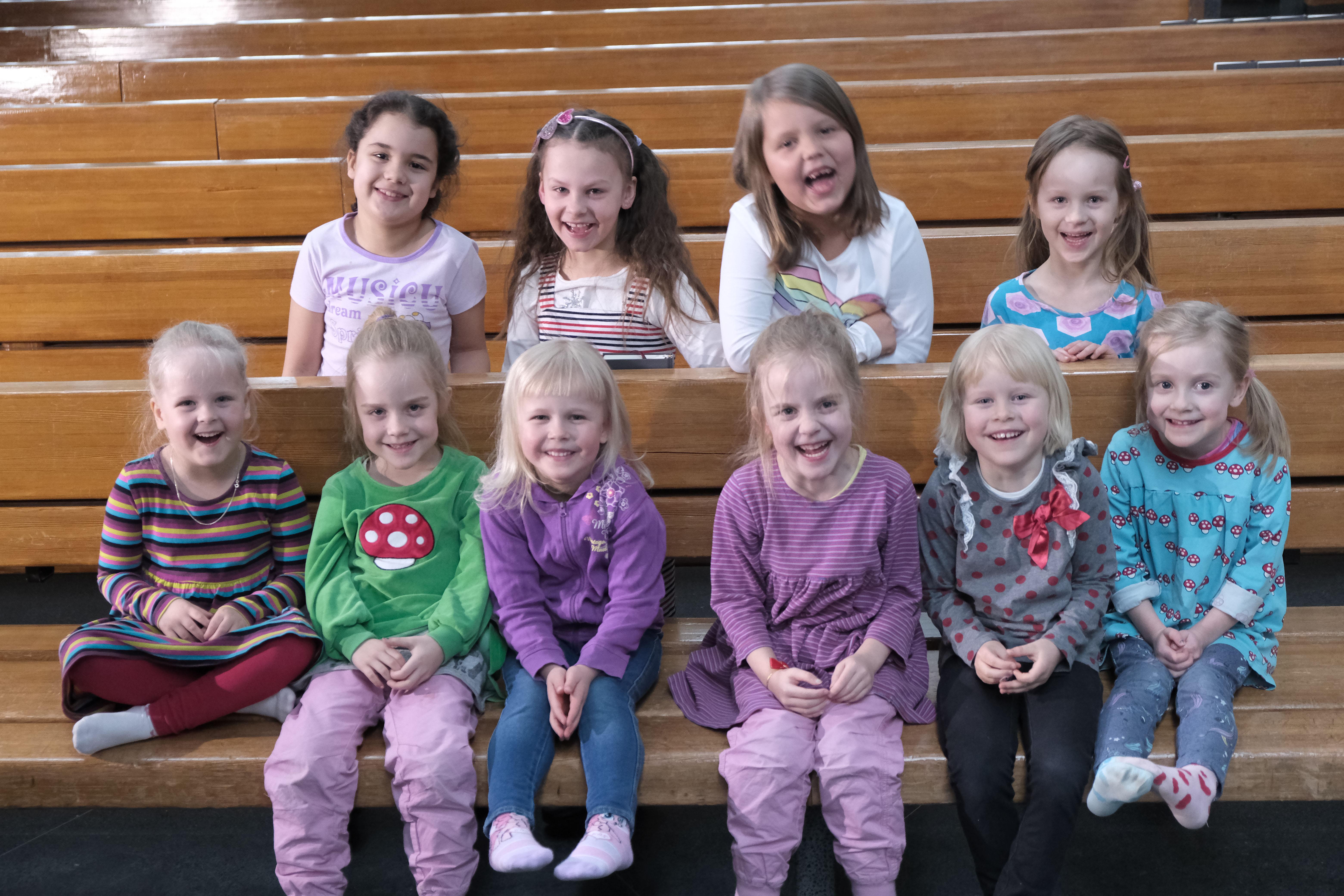 Lapsikuoron ryhmäkuva kirkossa